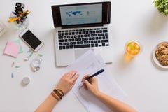 Ręki z papierami i laptopem przy biuro stołem Fotografia Royalty Free