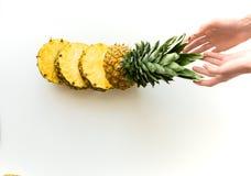 Ręki z pokrojonym świeżym ananasem Fotografia Royalty Free