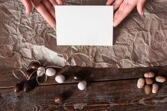 Ręki z pustą kartą na kuchennego stołu mieszkaniu nieatutowym Fotografia Stock