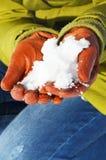 Ręki z snowball w zimie zdjęcia stock