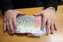 Ręki z stertą euro banknoty zdjęcia royalty free