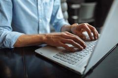Ręki zakończenie, pisać na maszynie na laptop klawiaturze obraz stock