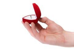 ręki zaręczynowy mienie odizolowywał mężczyzna ringowy s Zdjęcia Royalty Free
