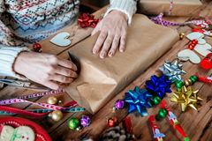Ręki zawija Bożenarodzeniowego prezent Fotografia Stock