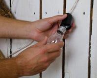 Ręki zmienia żarówkę w domu Zdjęcie Royalty Free
