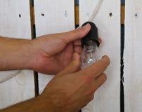 Ręki zmienia żarówkę w domu Zdjęcie Stock