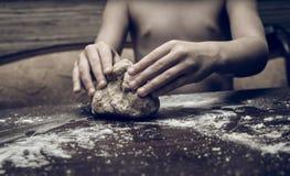 Ręki zręcznie ugniatają ciasto zdjęcie royalty free