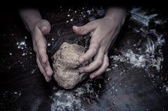 Ręki zręcznie ugniatają ciasto fotografia royalty free