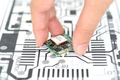 Ręki zrywania elektronika przyrząd Obrazy Royalty Free