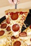 Ręki zrywania pizza Zdjęcia Royalty Free