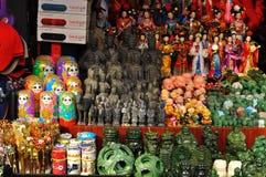 Rękodzieła dla sprzedaży przy Starymi miasto bóg ` s Świątynnymi pamiątkarskimi sklepami w Szanghaj Chiny Obraz Stock