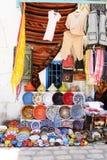 Rękodzieło i Odziewa przy Djerba Ulicznym rynkiem, Kolorowy Earthenware obrazy royalty free