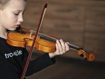 Rękojeść chwyta skrzypce Chłopiec przewożenia skrzypce Młoda chłopiec bawić się skrzypce, utalentowany skrzypcowy gracz fotografia stock