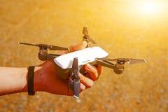 Rękojeść trzyma samolot up w niebie z Glebowym tłem Zdjęcie Royalty Free