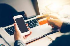 Rękojeści kredytowe karty z laptopami byli nabywającym linią Zdjęcia Stock