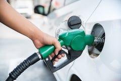 Rękojeści paliwowy nozzle refuel samochód Zdjęcia Stock