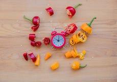 Rżnięci chili pieprze, budzik i Zdjęcie Stock