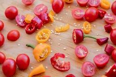 Rżnięci chili pieprze, pomidory i Obrazy Stock