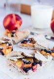 Rżnięci ciastka z brzoskwinią i czarną jagodą Obrazy Stock