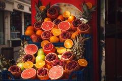 Rżnięci granatowowie i grapefruits na turecczyźnie wprowadzać na rynek zdjęcie royalty free