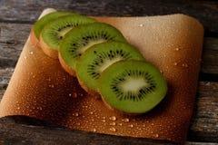 Rżnięta kiwi owoc na prześcieradle papier obrazy royalty free