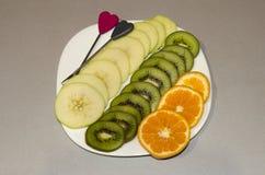 Rżnięta owoc na półkowym jabłczanym pomarańczowym rozcięciu segmentami Obraz Stock