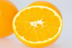 Pomarańcze Ciąca w połówce fotografia stock