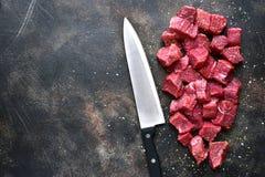 Rżnięta wołowina na ciemnym metalu lub łupku tle Odgórny widok z kopią Obrazy Royalty Free