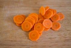 Rżnięte marchewki na tnącej desce w kuchni Obraz Royalty Free