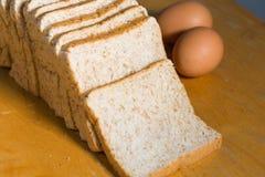 Rżnięty bochenek chleba rząd na drewnianym stole Obrazy Royalty Free