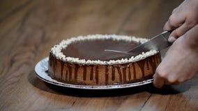 Rżnięty czekoladowy cheesecake z nożem zdjęcie wideo