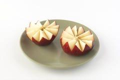 Rżnięty czerwony jabłko na ceramicznym talerzu Zdjęcia Stock