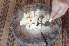 Rżnięty czosnek na drewnianej tnącej desce z prędkością fotografia royalty free