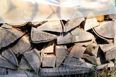 Rżnięty drewno, łupka dla zimy Rżnięty bela ogienia drewno i gotowi kawałki drewno dla grzejnego drewna Obraz Stock