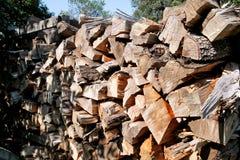 Rżnięty drewno, łupka dla zimy Rżnięty bela ogienia drewno i gotowi kawałki drewno dla grzejnego drewna Zdjęcie Royalty Free