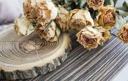 Rżnięty drewno z wysuszonymi różami; suche róże na rżniętym drzewie Obrazy Royalty Free