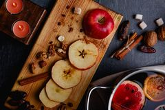 Rżnięty jabłko z datami, dokrętki na drewnianym dostichke na widok obrazy royalty free