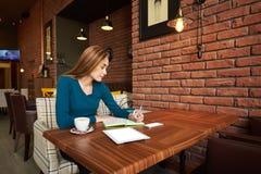 Rżnięty kobieta prawnik używa cyfrowego stół, Zdjęcia Stock