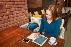 Rżnięty kobieta prawnik używa cyfrowego stół, Zdjęcie Stock