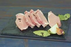 Rżnięty mięso i pikantność na tnącej desce Stek, bekon, wołowina Zdjęcie Royalty Free