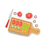 Rżnięty pomidor, ogórek I sałatka Na Tnącej deski Świeżych Organicznie warzywach Ilustracyjnych Z gospodarstwo rolne R Eco produk Obrazy Royalty Free
