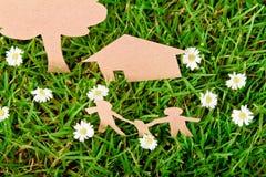rżnięty rodzinny trawy domu papieru drzewo Fotografia Royalty Free