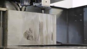 Rżnięty szkotowy metal Nowożytny narzędzie w przemysle ciężkim Electroerosive rozcięcie, nowe technologie w metalworking zdjęcie wideo
