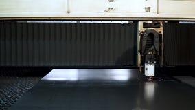Rżnięty szkotowy metal przy warsztatem klamerka Włókno laserowe maszyny dla metalu tnącego zakończenia Nowożytny narzędzie w prze zdjęcie wideo