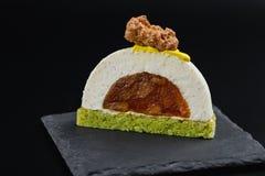 Rżnięty waniliowy mousse ciasta deser z karmelizującą bonkretą Zdjęcie Stock