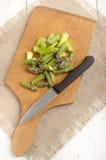 Rżnięty zielony asparagus na drewnianej desce Zdjęcie Stock