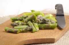 Rżnięty zielony asparagus na drewnianej desce Zdjęcia Royalty Free