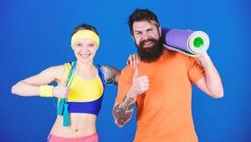 r Άνδρας και γυναίκα που ασκούν με το χαλί γιόγκας και το σχοινί άλματος Ασκήσεις ικανότητας Workout και ικανότητα στοκ φωτογραφία με δικαίωμα ελεύθερης χρήσης