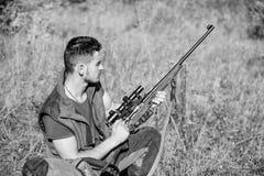 r Έννοια εξοπλισμού κυνηγιού Χόμπι και ελεύθερος χρόνος κυνηγιού Κυνηγός με το τουφέκι που ψάχνει το ζώο στοκ εικόνες με δικαίωμα ελεύθερης χρήσης