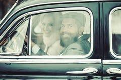 r αναδρομικό ντεμοντέ αυτοκίνητο ερωτευμένης κίνησης ζευγών στο ταξίδι στοκ φωτογραφίες